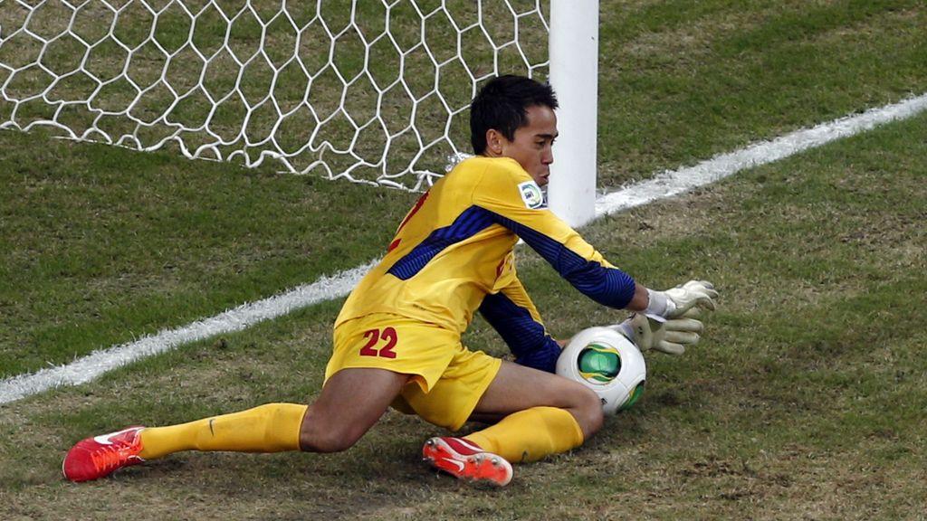 El portero de Tahití atrapa un penalti de Uruguay..¡y casi se lo cuela él mismo!