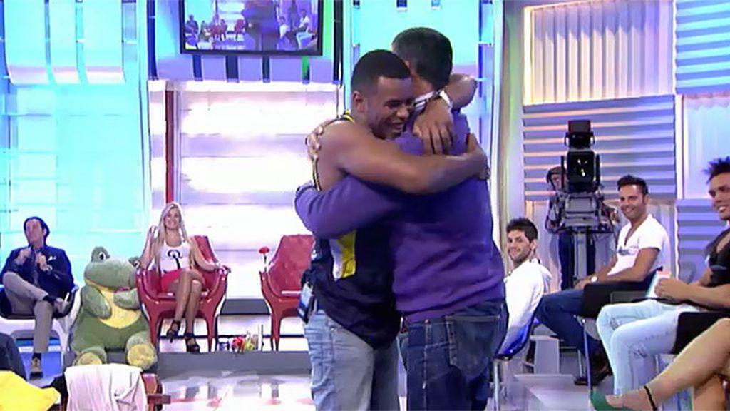Dosantos y Miguel bailan