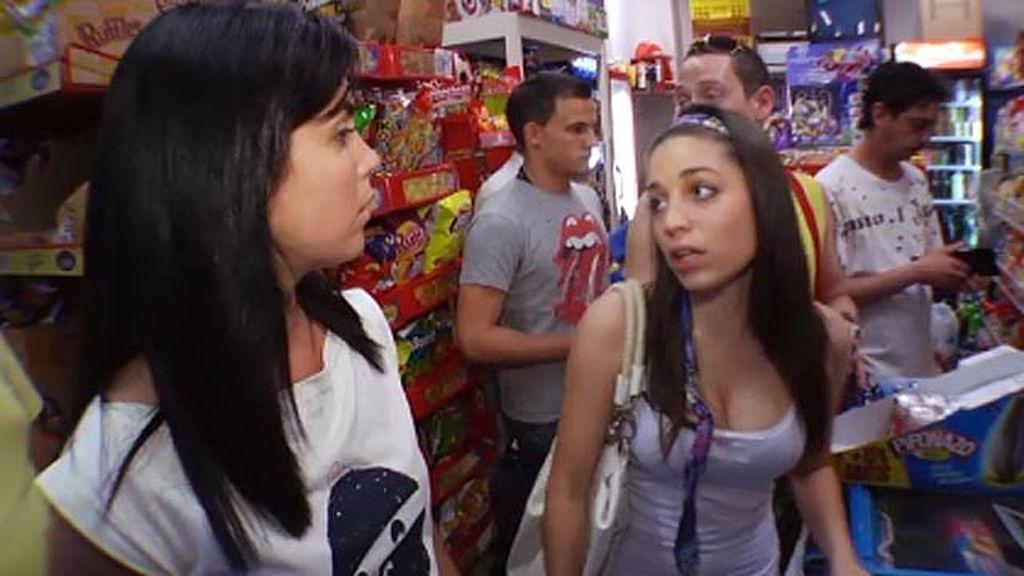 Saray y sus amigos compran para el botellón