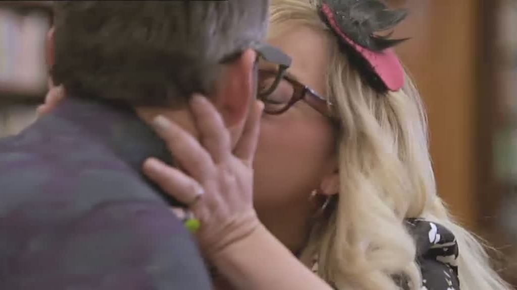 Penelope besa a Kevin