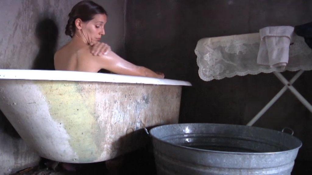 Adela se da una ducha centenaria