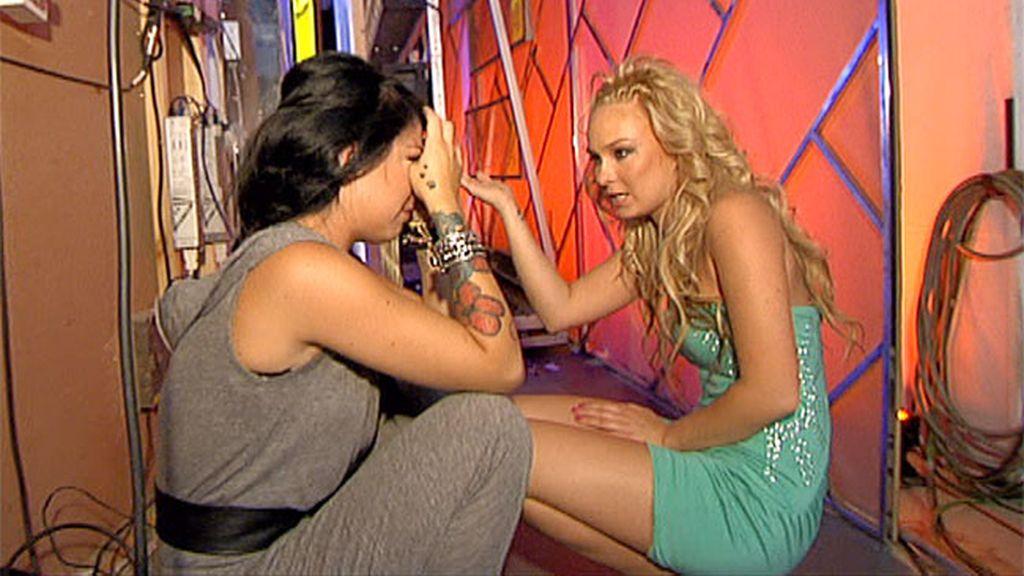 Niki consuela a su compañera