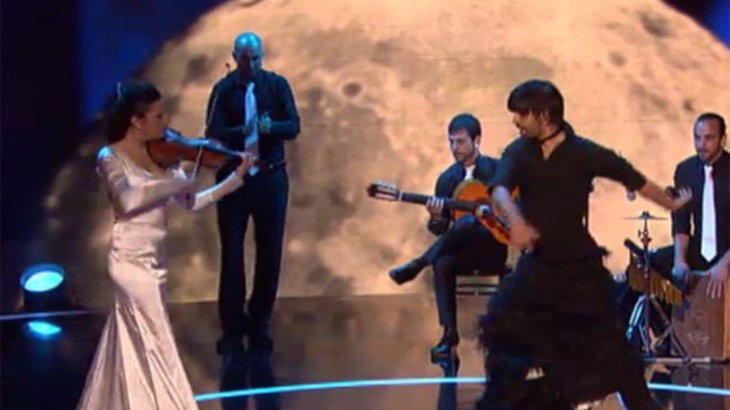 Un cantante flamenco con vestido de cola