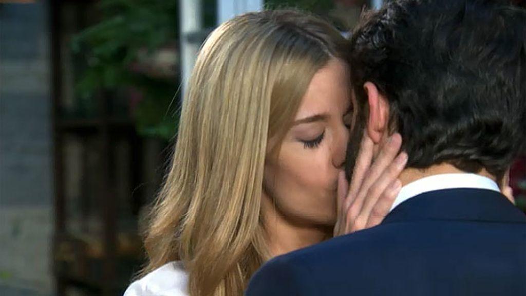 Miguel besa a Carlota y ella…