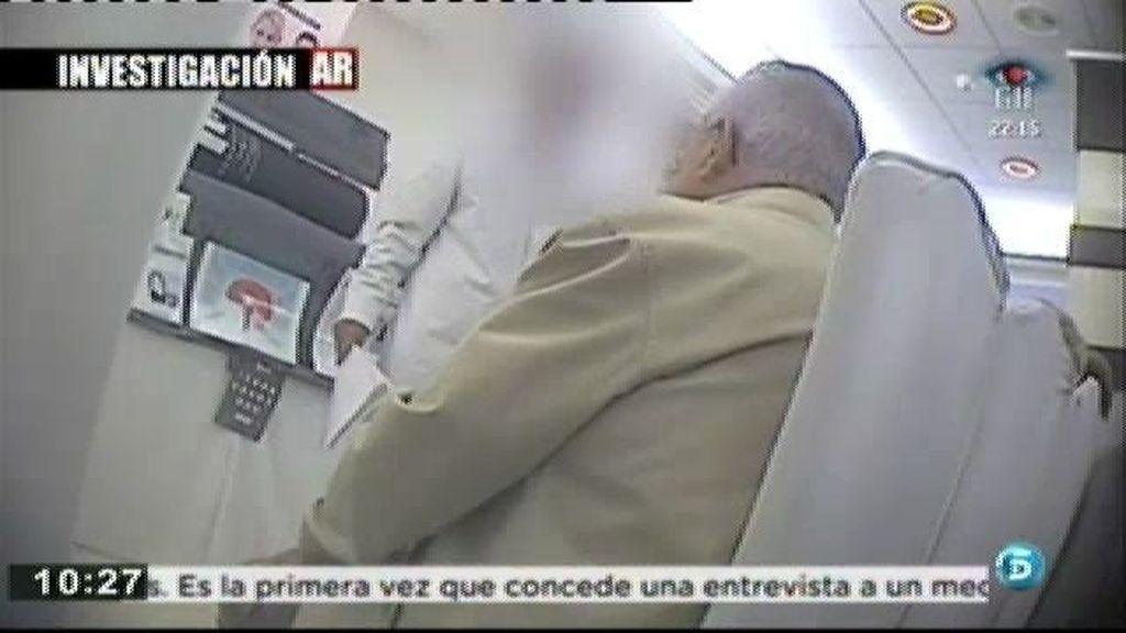 Los ancianos salen de la reunión con el precontrato firmado