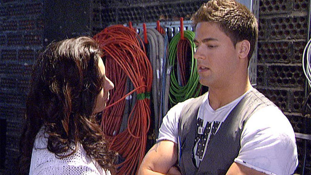 Indhira va a hablar con Jorge