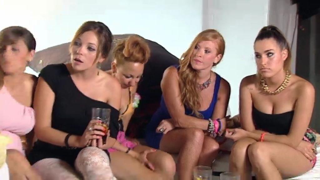 Las chicas de Leo sacan los dientes con la llegada de Mónica, su exnovia