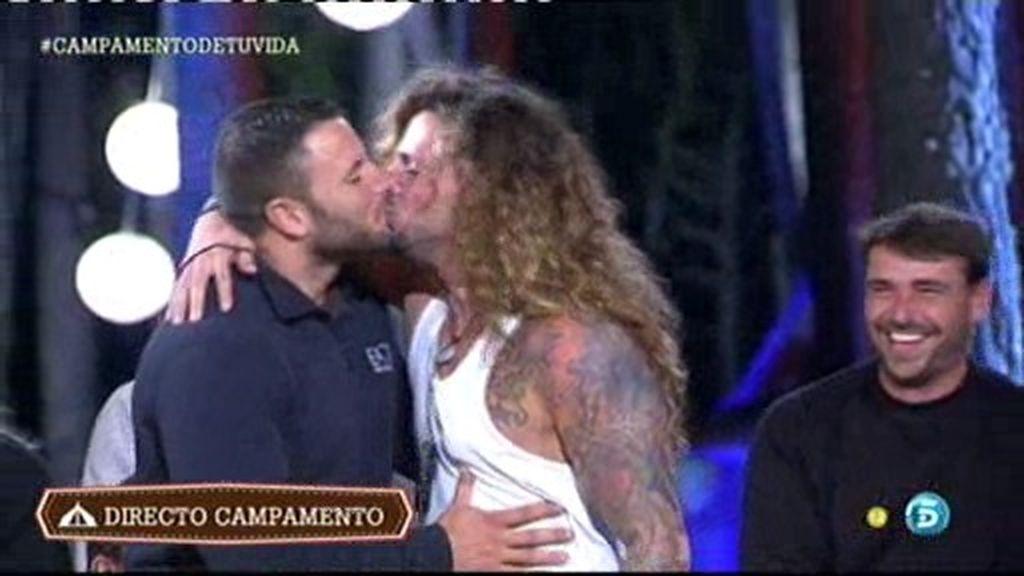 Jeyko se besa con Esteban y Modesto
