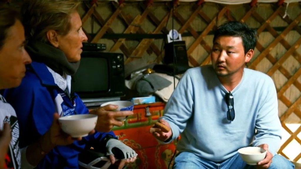En el interior de una cabaña de una familia nómada de Mongolia