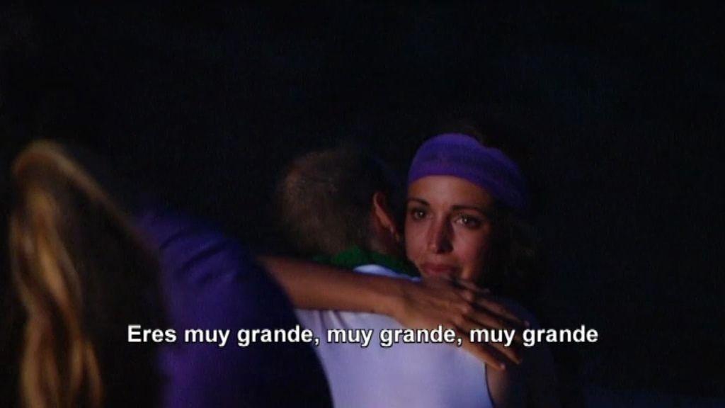 """Álex le """"roba"""" un beso a Noelia"""