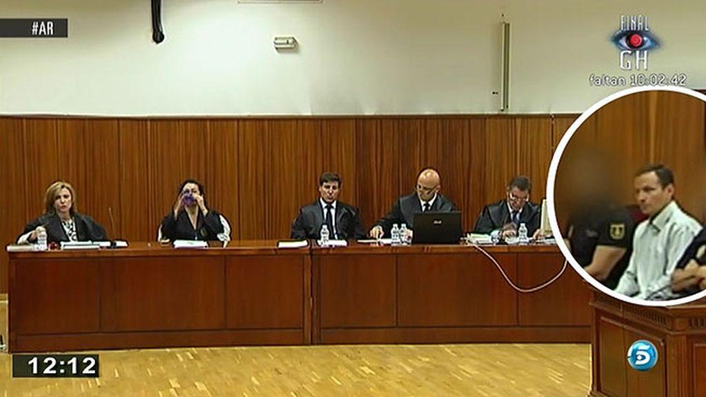 Bretón, impasible e inmóvil durante cinco minutos en la primera sesión del juicio
