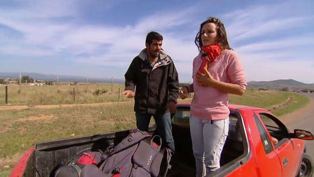 Inés y Pedro 'roban' el coche de los desconocidos