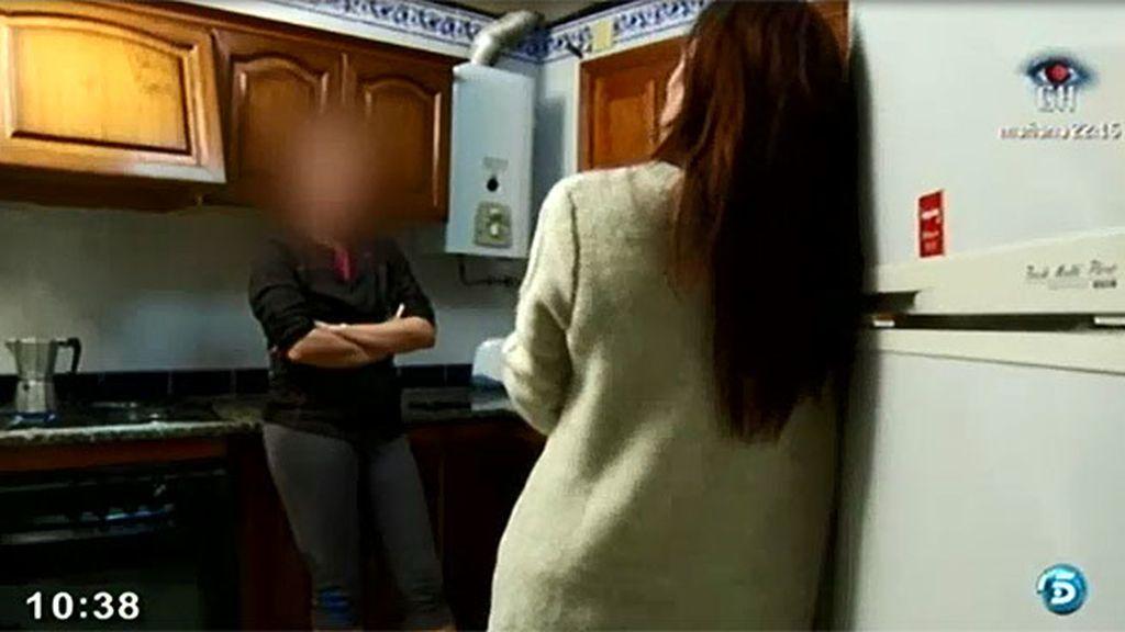 'AR' acompaña a un agente del grupo especial contra el crimen organizado de la Guardia Civil
