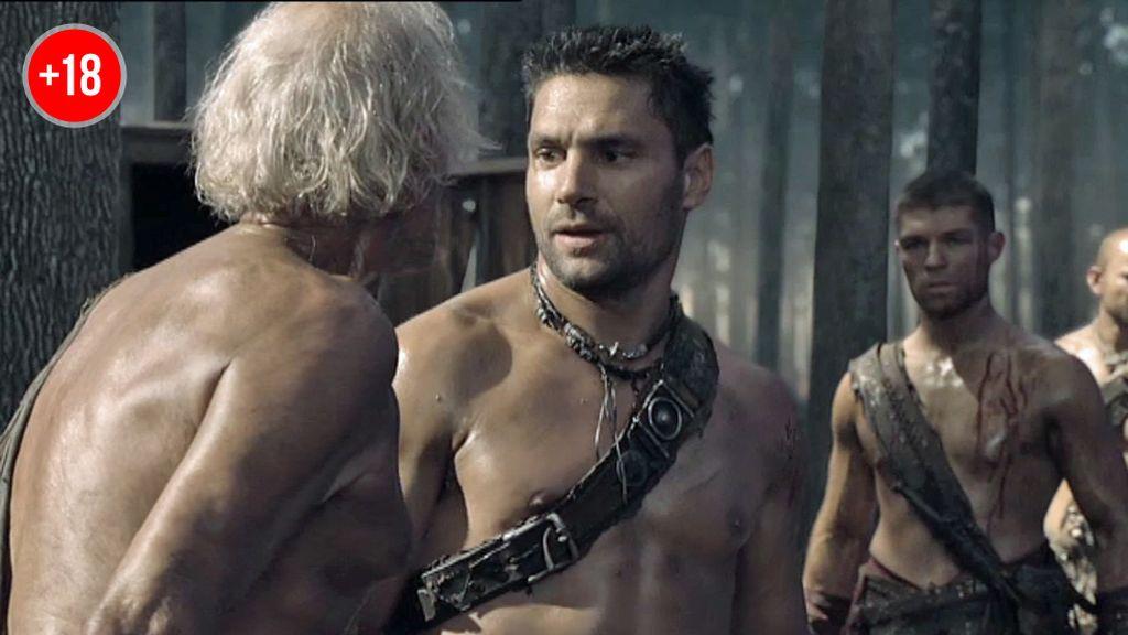 Spartacus y Crixus tienden una emboscada a una tropa romana
