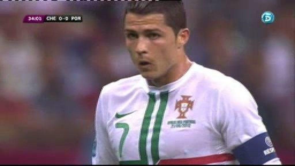 Ronaldo lo intenta de falta directa