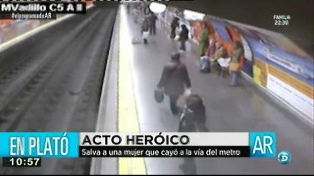 Un policía nacional salva a una mujer que cayó a la vía del metro