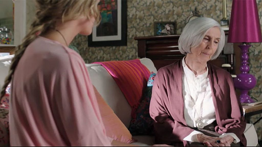 La abuela de Alba le explica cómo acabar con su maldición