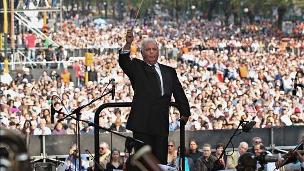 El director de orquesta argentino Daniel Barenboim dirige la Orquesta Diván Este Oeste (West-Eastern Divan Orchestra) frente al Obelisco de Buenos Aires (Argentina). EFE/Archivo