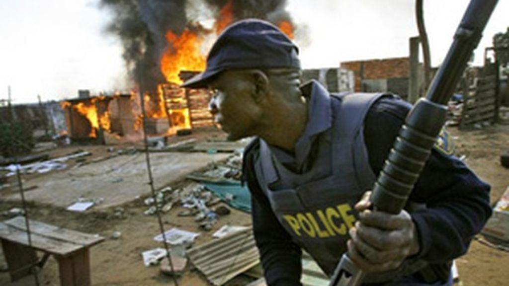 Un policía vigila una zona de chabolas. Foto: AP.