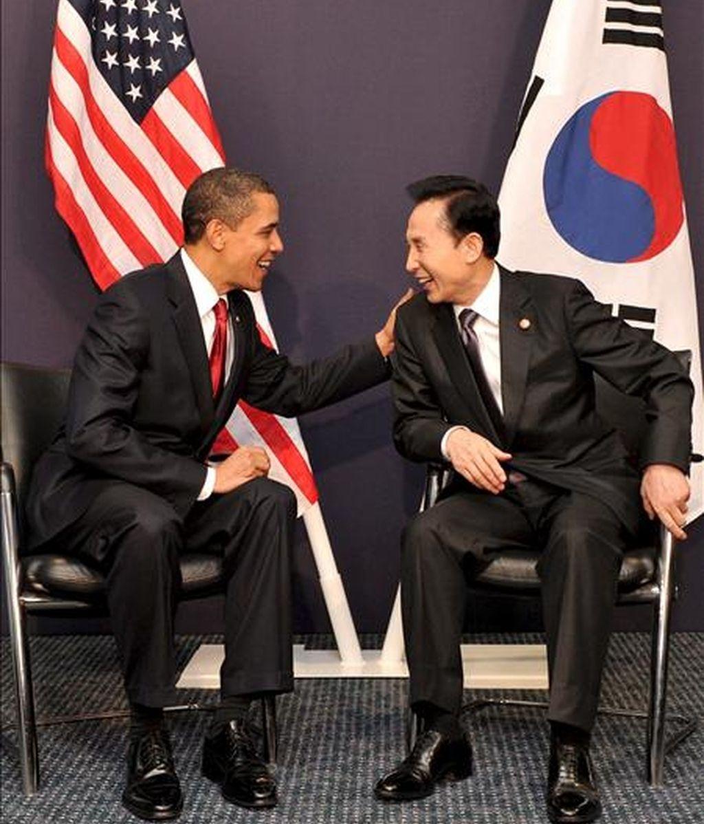 El presidente surcoreano, Lee Myung-bak (d) y su homólogo estadounidense, Barack Obama, conversan en una reunión en el marco de la cumbre del G20 en Londres. EFE