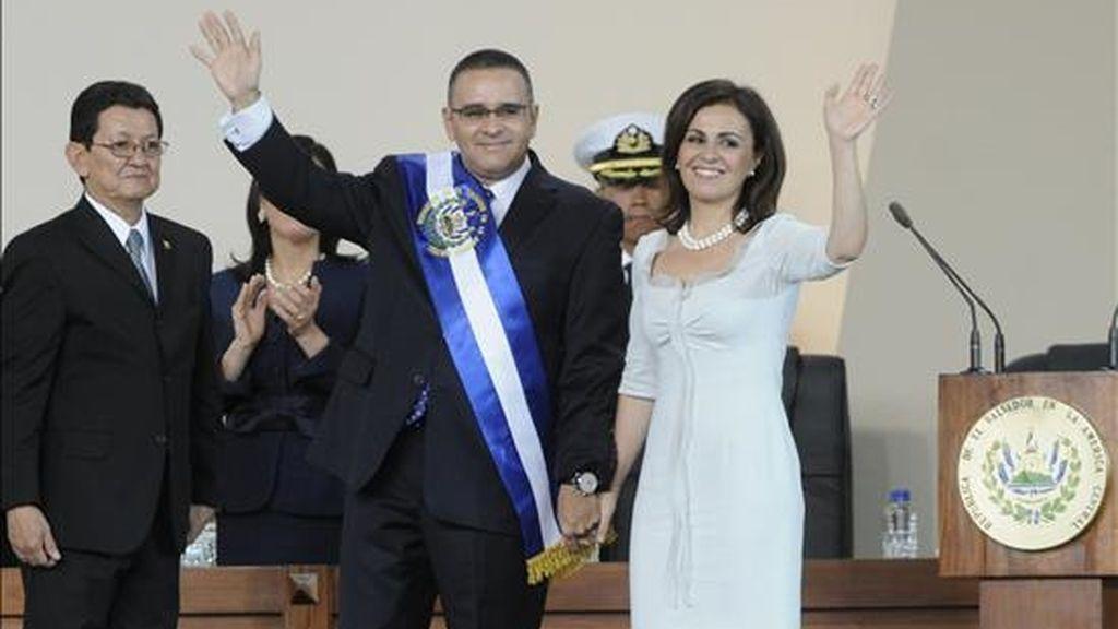 El presidente electo salvadoreño, Mauricio Funes (c), tras recibir la banda presidencial en el auditorio de la Feria Internacional de San Salvador (El Salvador). EFE