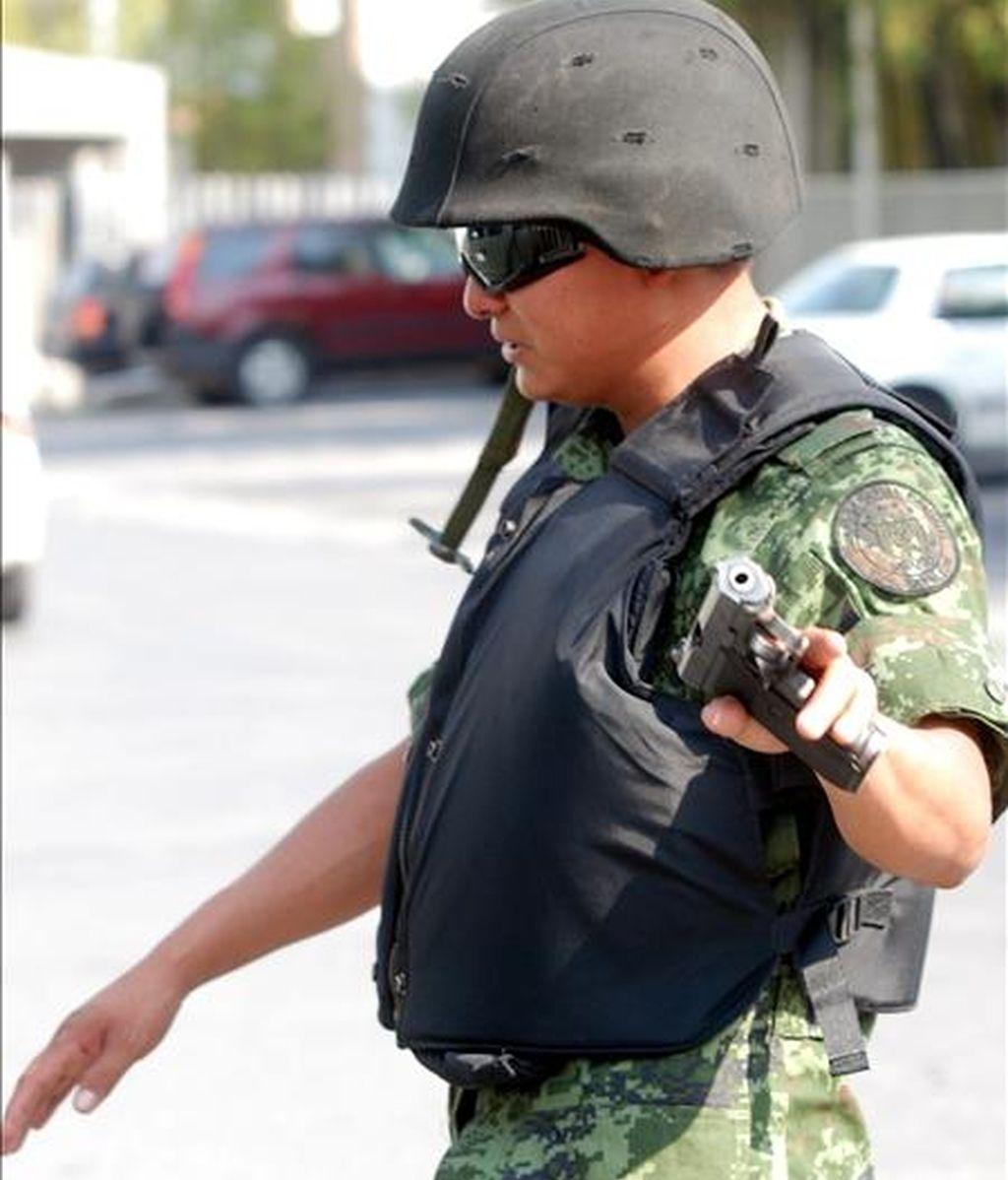 Militares y agentes federales mexicanos tomaron hoy el control de cuatro jefaturas policiales del estado norteño de Nuevo León y detuvieron a 29 policías que presuntamente colaboraban con los cárteles de la droga. EFE