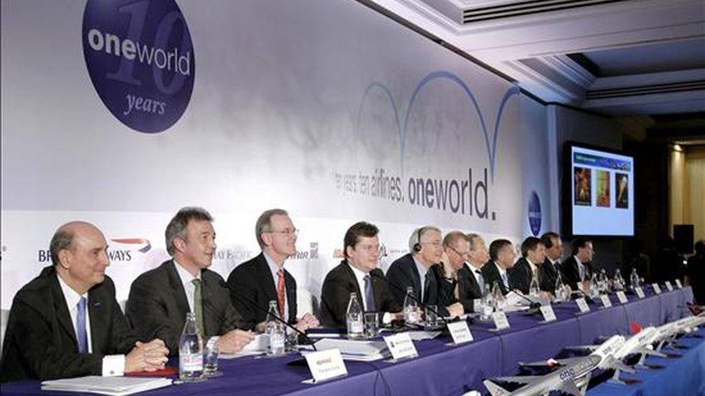 El presidente de Iberia, Fernando Conte (i), durante la celebración hoy, del X aniversario de la alianza Oneworld, con la presencia de representantes de las diez compañías que la integran en Madrid, donde ofrecieron un balance de la alianza aérea durante este período. EFE