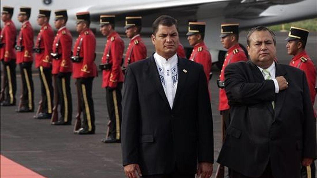 El presidente de Ecuador, Rafael Correa, fue uno de los últimos invitados en llegar hoy a El Salvador para asistir a la toma de posesión de Mauricio Funes como nuevo presidente del país. EFE