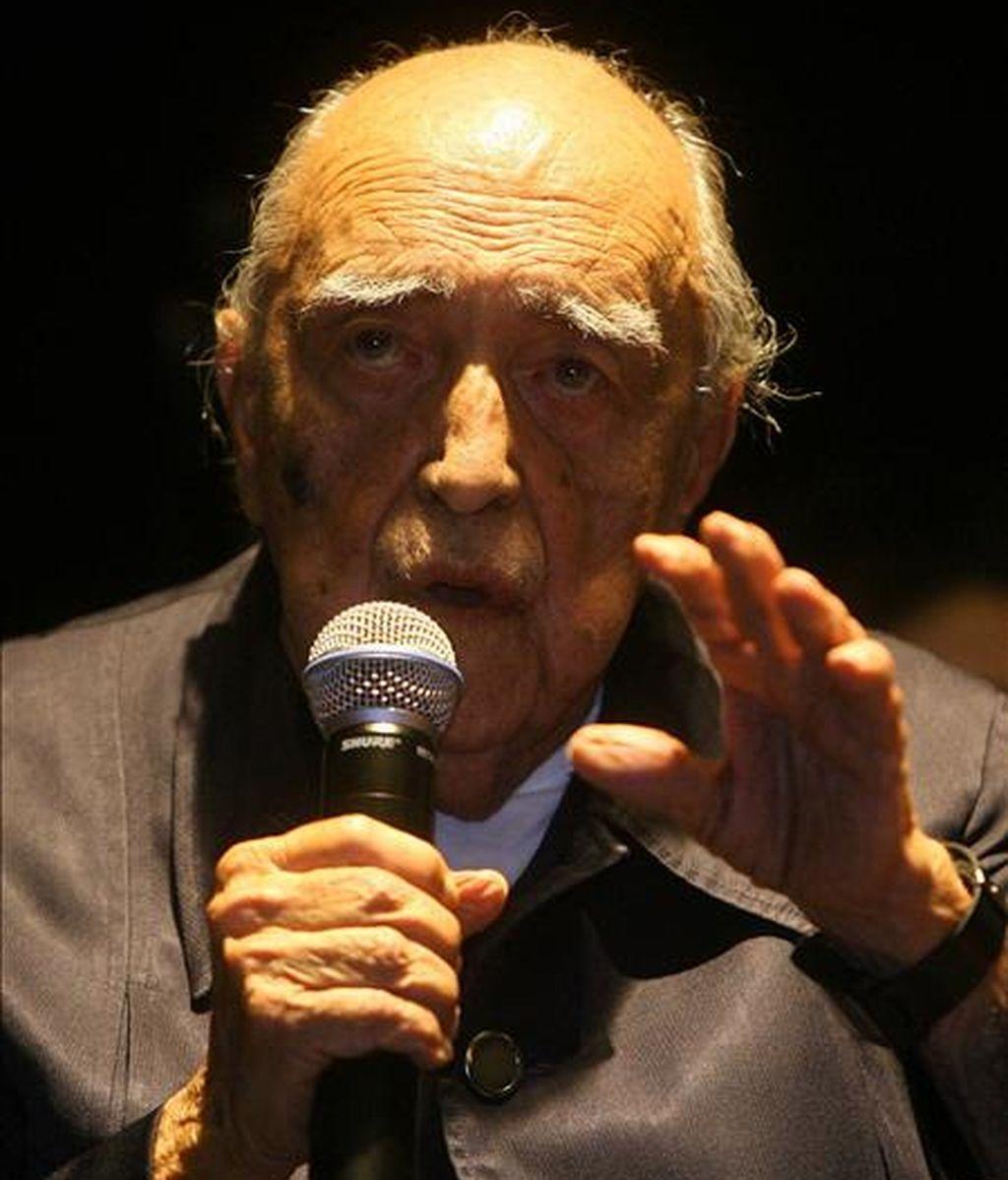 El arquitecto brasileño Oscar Niemeyer, durante la inauguración de su última obra, el Teatro Popular de Niteroi (Brasil) el 5 de abril de 2007. EFE/Archivo