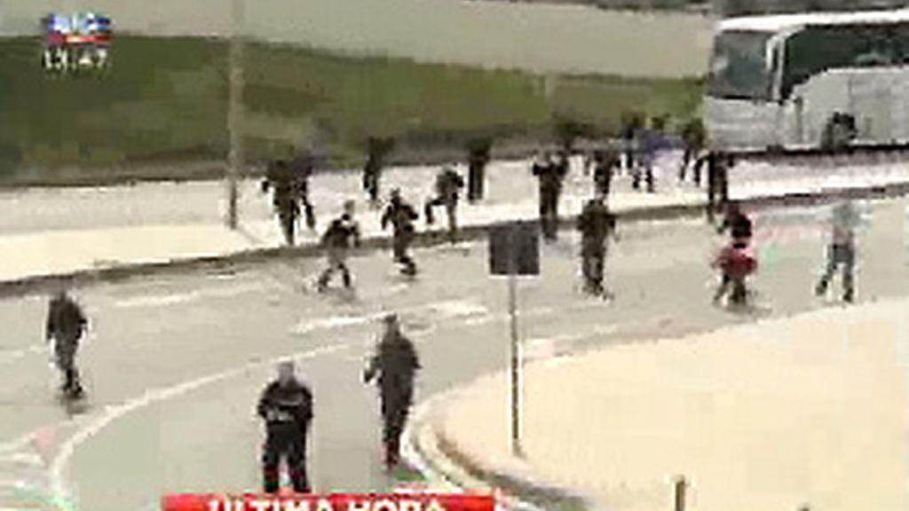 Los hinchas rojiblancos no dudaron en bajar de los autobuses para responder a los ataques. FOTO: SIC.