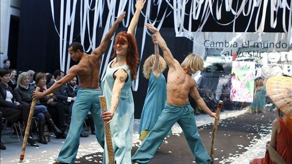 """Varios modelos, durante la segunda edición del desfile de moda de comercio justo """"Cambia el mundo al vestir"""", que se celebró hoy en el patio de la Casa Encendida de Madrid. EFE"""