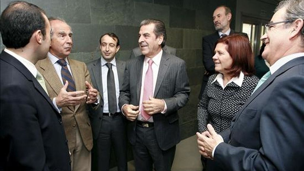 La consejera de Industria, Energía y Medio Ambiente de Castilla-La Mancha, Paula Fernández, durante la recepción ofrecida al ex presidente de Chile Eduardo Frei (c) en Toledo. EFE