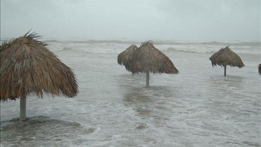 """Un sector turístico de Playa Bagdad (México), afectado por el huracán """"Alex"""", a su paso el pasado 1 de julio de 2010. EFE"""