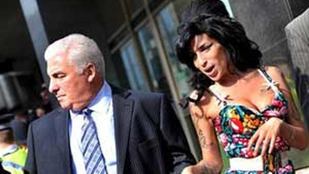 El padre de Amy Winehouse culpa al ex marido de su hija de los problemas que tiene la cantante con las drogas y el alcohol. FOTO: EFE