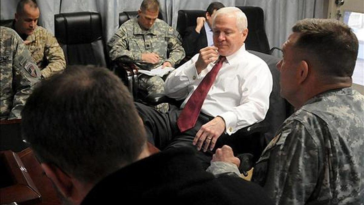 Fotografía de archivo fechada el 9 de diciembre de 2009, facilitada por la Fuerza Internacional de Asistencia a la Seguridad (ISAF) de la OTAN, que muestra al secretario estadounidense de Defensa, Robert Gates (c), durante su visita al Campamento Eggers en Kabul (Afganistán). EFE/Archivo