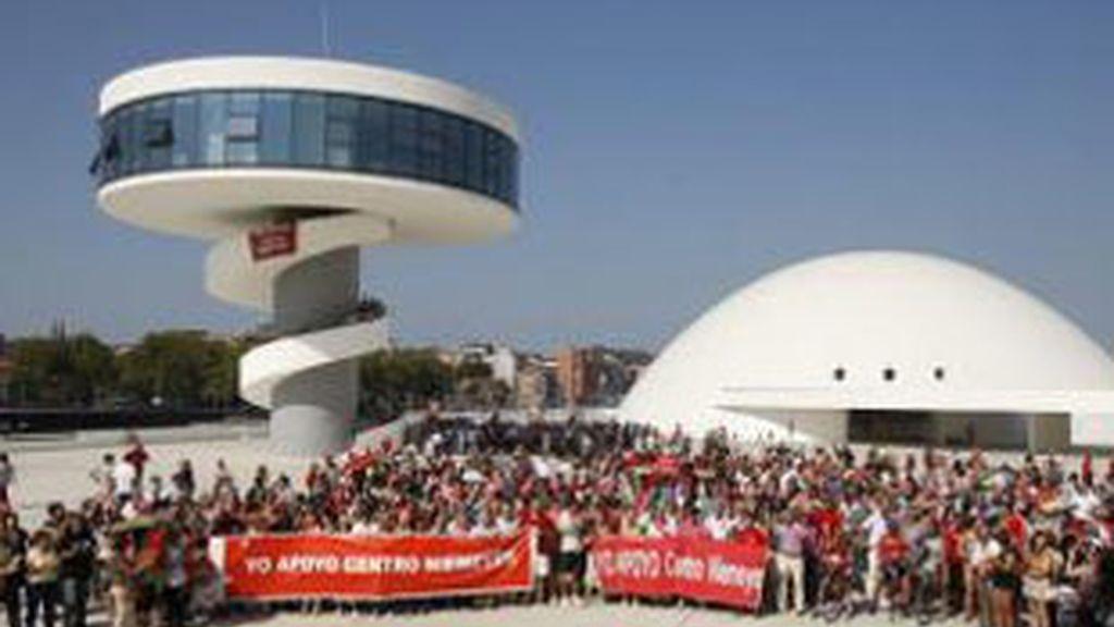 Varios miles de personas se manifiestan en el Centro Niemeyer de Avilés en defensa de la continuidad de la institución. Foto: EFE