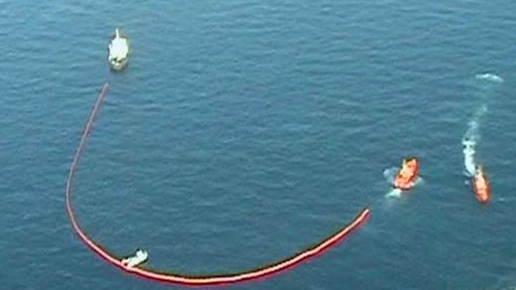 Las embarcaciones han trabajado para controlar la mancha de fuel en Valencia. Vídeo: ATLAS.