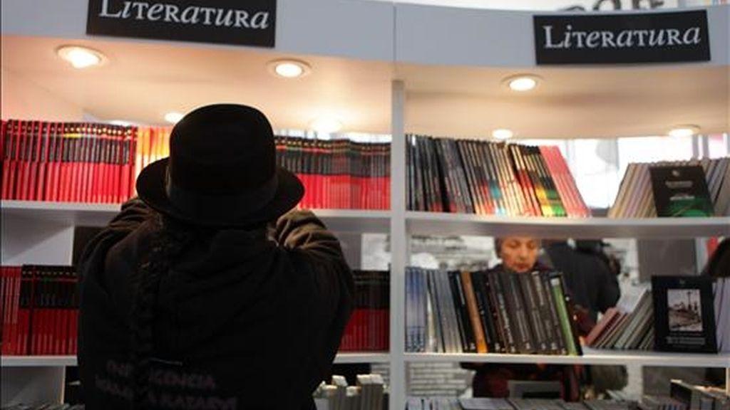 Un visitante busca un libro en Lima (Perú) en la inauguración de la 15 Feria Internacional del Libro, cuyo invitado de honor este año es Ecuador. La feria se celebra este año en el Parque de los Próceres del distrito limeño de Jesús María. EFE