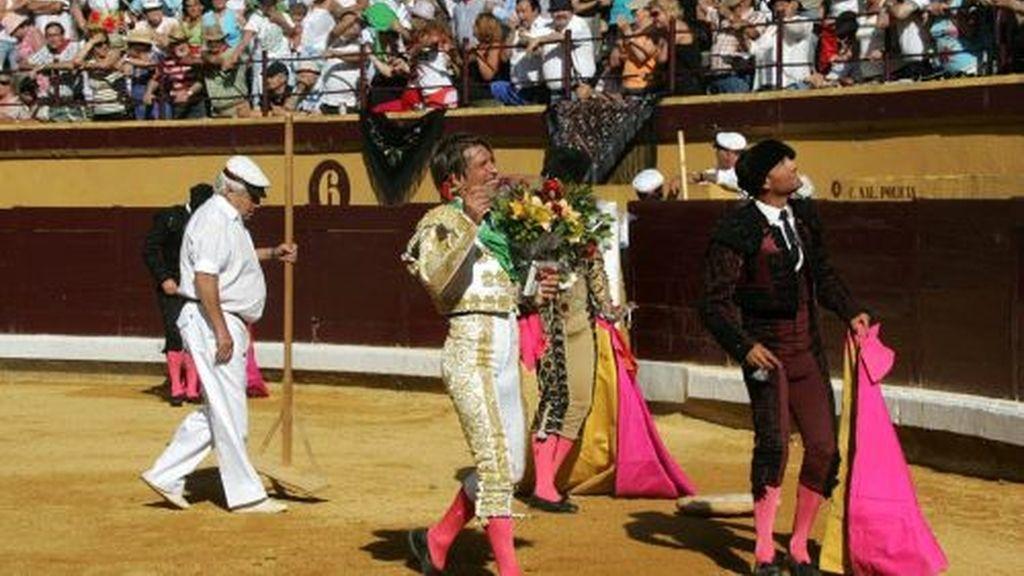 'EL Cordobés' agradece al público tras su gran faena. Foto: Mundotoro