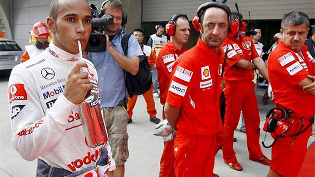 Lewis Hamilton, observado por un grupo de mecánicos de Ferrari. FOTO: Archivo.