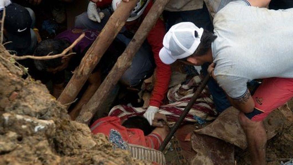 Organismos de rescate y vecinos del sector colaboran con la búsqueda y rescate de las víctimas que quedaron sepultadas por un deslizamiento de tierra en el municipio de Bello. Vídeo: Informativos Telecinco