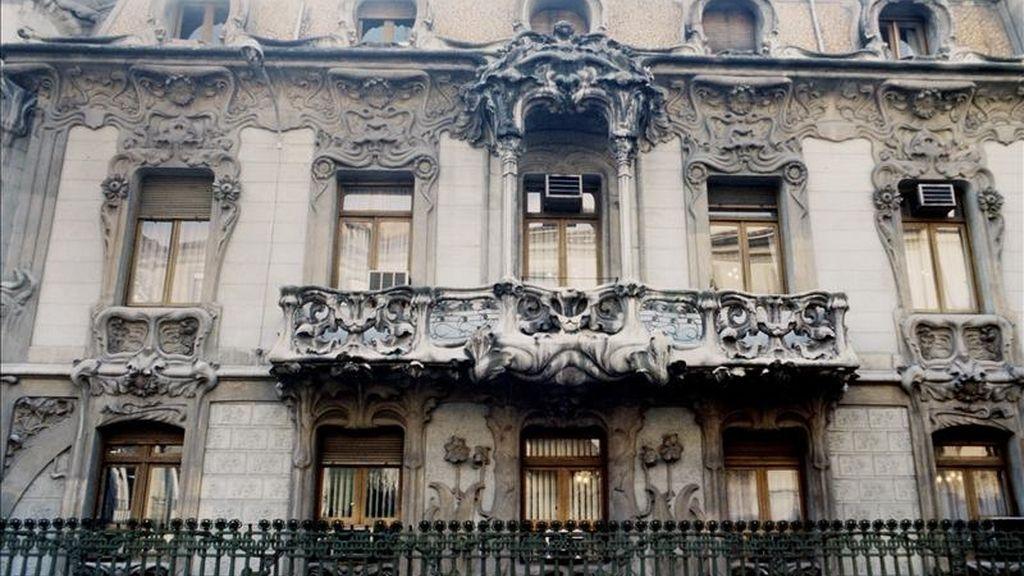 Detalle de las balconadas de la fachada de la sede de la Sociedad General de Autores (SGAE), en Madrid. EFE/Archivo