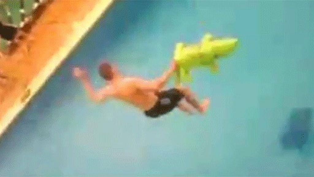 Un joven salta desde el balcón de su hotel a la piscina. Una peligrosa práctica conocida como 'balconing'