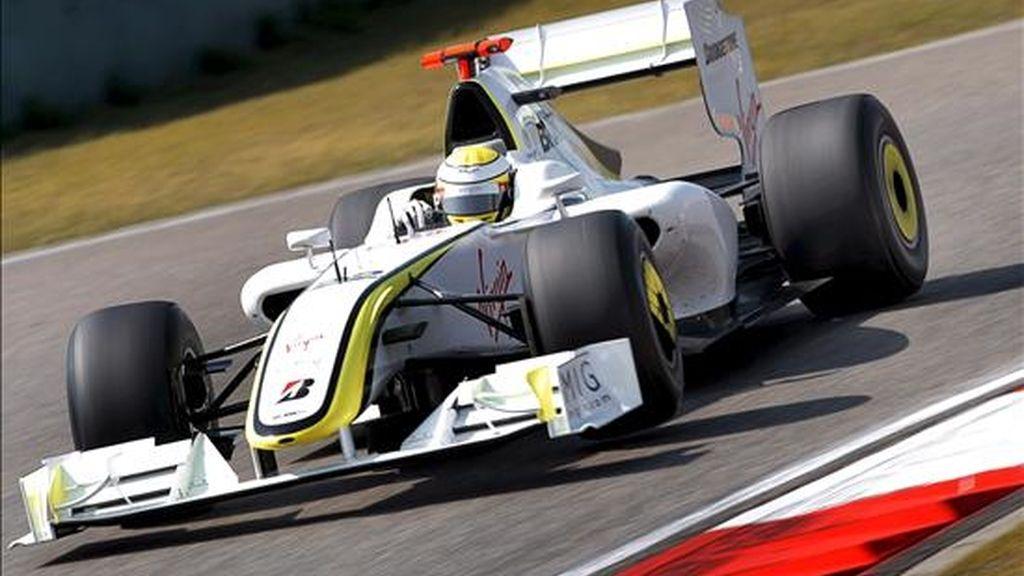 El piloto de Fórmula Uno Jenson Button, de Brawn GP, participa en la segunda sesión de prácticas libres hoy en el circuito internacional de Shanghai (China). EFE