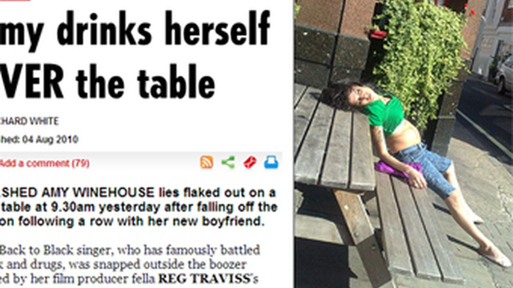 Amy Winehouse pillada tras una noche de juerga a las puertas de un pub londinense. Foto The Sun