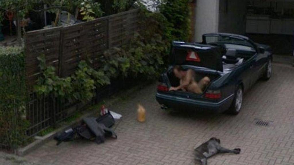 Desnudo en el maletero