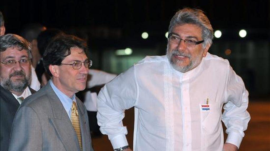 Imagen de este martes del presidente de Paraguay, Fernando Lugo (d), acompañado del canciller cubano, Bruno Rodríguez, a su llegada a La isla. EFE
