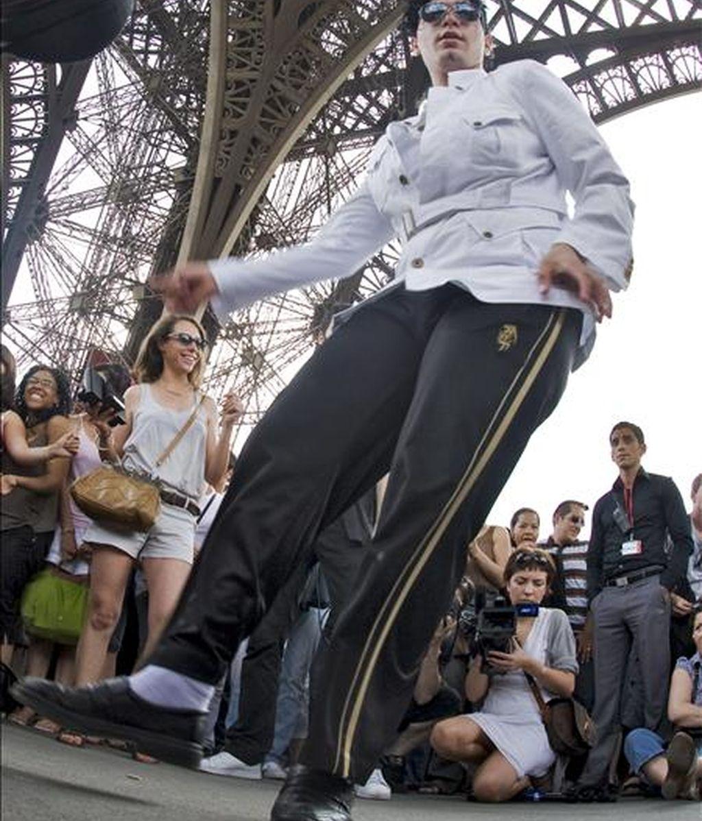 Un seguidor de Michael Jackson baila bajo la torre Torre Eiffel de París. EFE