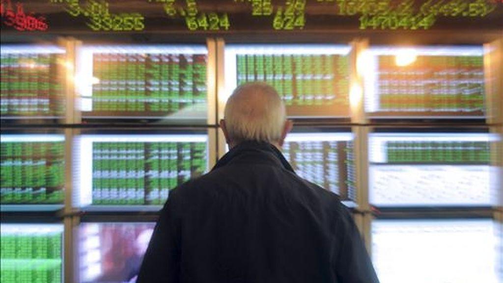 Un hombre contempla la evolución de la bolsa en las pantalla de la Bolsa de Valencia. EFE/Archivo