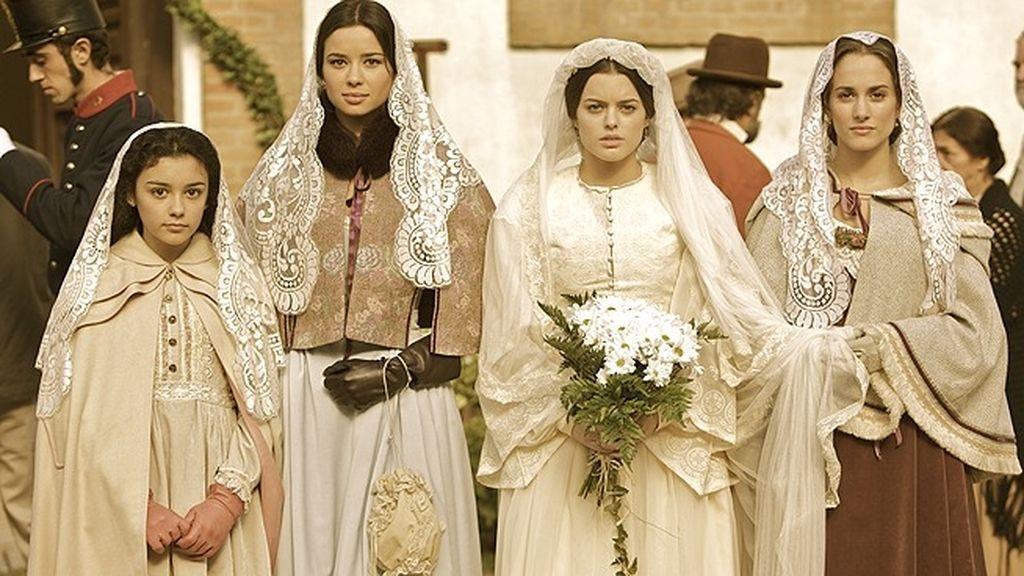 Cristina se esconte entre el tumulto para presenciar la boda